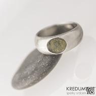 Siona a vltavín, dřevo - Kovaný snubní prsten z nerezové oceli damasteel, velikost 54, šířka hlavy 7,8 mm do dlaně 6 mm, vltavín6,8x7,8 mm, lept 75% SV - S2090 (4)