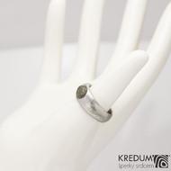 Siona a vltavín, dřevo - Kovaný snubní prsten z nerezové oceli damasteel, velikost 54, šířka hlavy 7,8 mm do dlaně 6 mm, vltavín6,8x7,8 mm, lept 75% SV - S2090 (2)