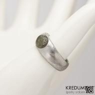 Siona a vltavín, dřevo - Kovaný snubní prsten z nerezové oceli damasteel, velikost 54, šířka hlavy 7,8 mm do dlaně 6 mm, vltavín6,8x7,8 mm, lept 75% SV - S2090 (3)
