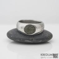 Siona a vltavín, dřevo - Kovaný snubní prsten z nerezové oceli damasteel, velikost 54, šířka hlavy 7,8 mm do dlaně 6 mm, vltavín6,8x7,8 mm, lept 75% SV - S2090 (5)