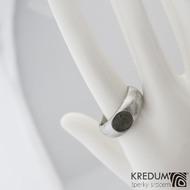 Siona a vltavín, dřevo - Kovaný snubní prsten z nerezové oceli damasteel (8)