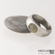 Siona a vltavín, dřevo - Kovaný snubní prsten z nerezové oceli damasteel