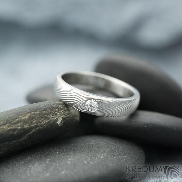 Siona Glanc a čirý diamant 2,7 mm - velikost 54, šířka hlavy 4,2 mm, do dlaně 3 mm, dřevo lept 75% světlý, profil F - Zásnubní prsten damasteel - k 1629