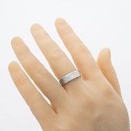 Prima, struktrura dřevo - velikost 60,5; šířka 6,6 mm; tloušťka 1,7 mm; profil F, lept 50% - Snubní prsten damasteel - produkt SK2896