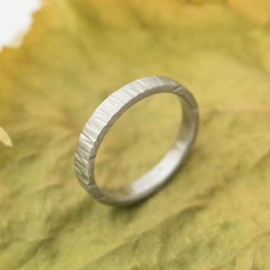Wood světlý - Kovaný nerezový snubní prsten, SK3133