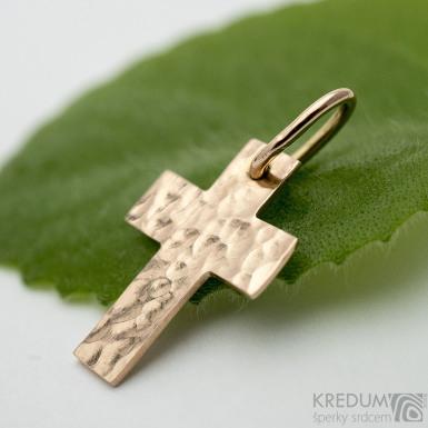 Tepaný křížek - přívěsek z červeného zlata SK3772