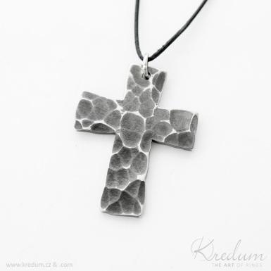 Kovaný křížek s očkem, zatmavený - Přívěsek z nerezové oceli - SK4393