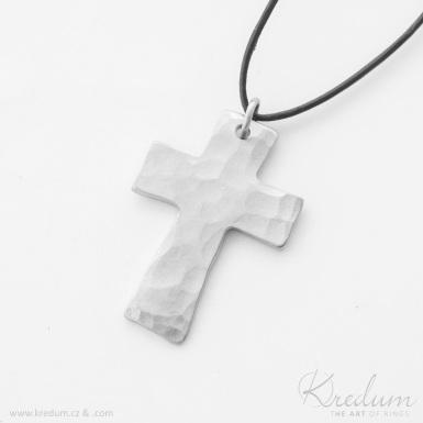 Kovaný křížek s očkem, světlý matný - Přívěsek z nerezové oceli - SK4394