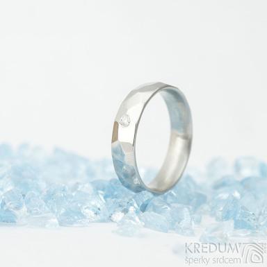 Skalák a čirý diamant 2 mm - lesklý - Kovaný nerezový snubní prsten