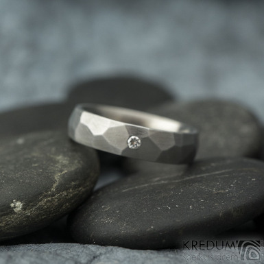 Skalák a čirý diamant 2 mm - matný - Kovaný nerezový snubní prsten