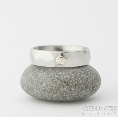 Skalák lesklý a čirý diamant 2 mm do zlata - Kovaný nerezový snubní prsten