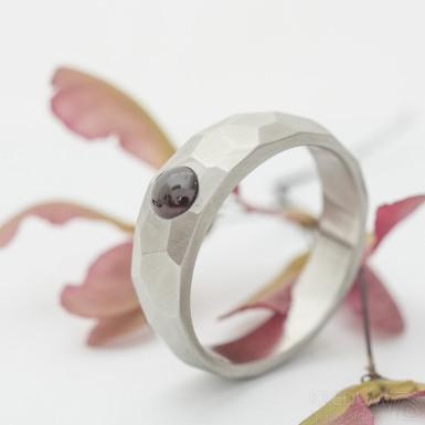 Skalák matný a kabošon granát - velikost 60, šířka hlavy 6 mm, do dlaně 4,5 mm - Snubní prsten z oceli