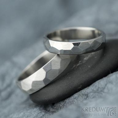 Skalák - lesklý a matný - Kovaný nerezový snubní prsten