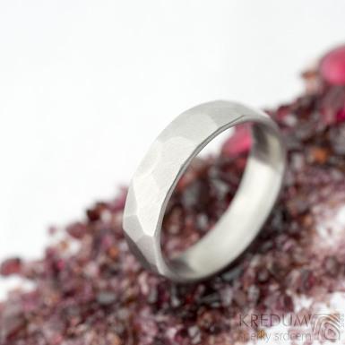 Skalák matný - velikost 56 s vnitřním zaoblením, šířka 5 mm, tloušťka 1,6 mm   - Kovaný nerezový snubní prsten, SK2122