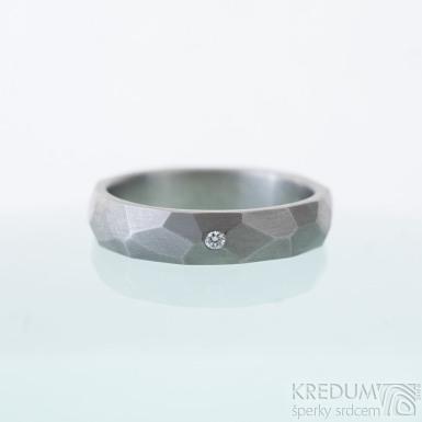 Skalák titan a čirý diamant 1,5 mm - matný - Kovaný a broušený snubní prsten