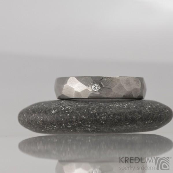 Skalák titan a čirý diamant 1,7 mm - lesklý, vel 54, šířka 5 mm, tloušťka 1,7 mm - Kovaný prsten, S1705 (1)