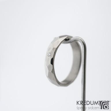 Skalák titan a čirý diamant 1,5 mm - lesklý - Kovaný a broušený snubní prsten, SK1430