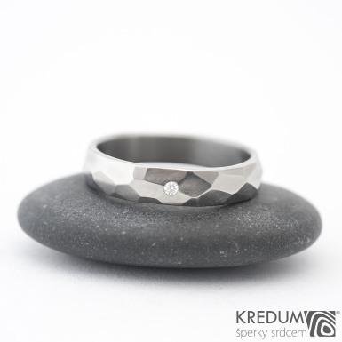Skalák titan a čirý diamant 1,5 mm - lesklý - Kovaný a broušený snubní prsten