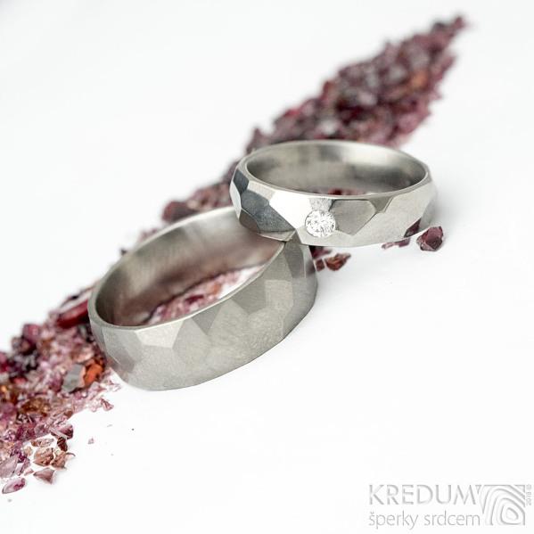 Skalák titan a diamant 2,7 mm - 52CF, šířka 5 mm, LESKLÝ a Skalák titan - 61CF, šířka 7 mm, MATNÝ - Titanové prsteny