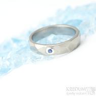 Skalák titan a broušený safír do 2 mm do stříbra - Kovaný a broušený snubní prsten, velikost 51; šířka 4 mm