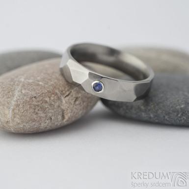 Skalák titan lesklý - broušený modrý safír 2 mm - velikost 50; šířka 4,5 mm, tloušťka stěny 1,7 mm - Snubní/zásnubní titanový prsten