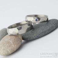 Skalák titan lesklý - broušený modrý safír 2 mm - velikost 50; šířka 4,5 mm a 58; šířka 6 mm - Snubní prsteny