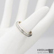 Kasiopea white - Zlatý snubní prsten a damasteel čárky, vel. 60
