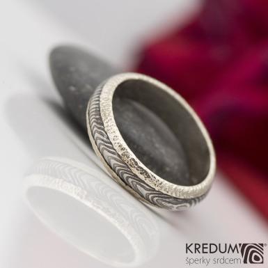 Kasiopea white - Zlatý snubní prsten a damasteel čárky, S2213
