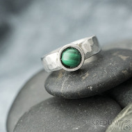 Spring a kabošon malachit - 50,5, š 5,4 mm, lesklý, tl. 1,5 mm, průměr kamene 7,9 mm  - Kovaný prsten z nerezové oceli, SK2102 (6)