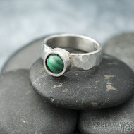 Spring a kabošon malachit - 50,5, š 5,4 mm, lesklý, tl. 1,5 mm, průměr kamene 7,9 mm  - Kovaný prsten z nerezové oceli, SK2102