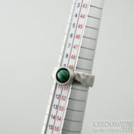 Spring a kabošon malachit - 50,5, š 5,4 mm, lesklý, tl. 1,5 mm, průměr kamene 7,9 mm  - Kovaný prsten z nerezové oceli, SK2102 (2)