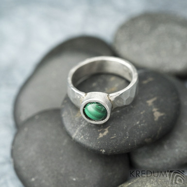 Spring a kabošon malachit - 50,5, š 5,4 mm, lesklý, tl. 1,5 mm, průměr kamene 7,9 mm  - Kovaný prsten z nerezové oceli, SK2102 (5)
