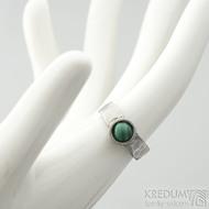 Spring a kabošon malachit - 50,5, š 5,4 mm, lesklý, tl. 1,5 mm, průměr kamene 7,9 mm  - Kovaný prsten z nerezové oceli, SK2102 (3)