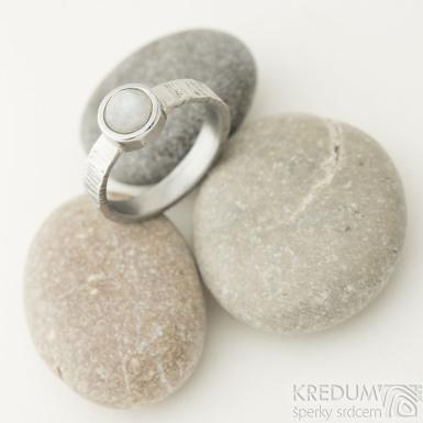 Spring Wood s měsíčním kamenem - 56, šířka základu 3,5 mm, průměr kamene 6 mm, světlý, lesklý - Nerezový prsten - k 2317 (5)