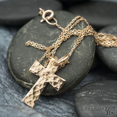 Tepaný křížek z červeného zlata - Zlatý přívěsek