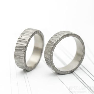 Titan wood kovaný titanový snubní prsten