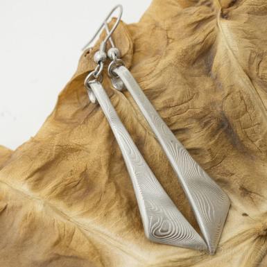 Triane - Kované náušnice z oceli damasteel, dřevo, světlé - SK3123