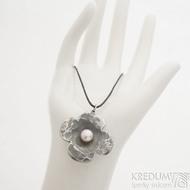 tyřlístek - Kovaný přívěsek z nerezové oceli s perlou, SK2555 (3)