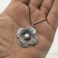 tyřlístek - Kovaný přívěsek z nerezové oceli s perlou, SK2555