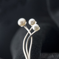 Utricula white - Stříbrná jehlice s bílými perlami do klopy saka (3)