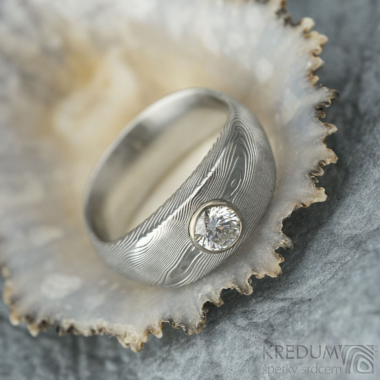 Vahia velká a diamant nad 3 mm do Au - Kovaný zásnubní prsten ... af580a628a