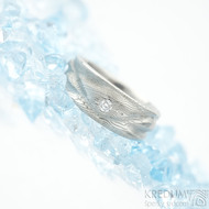 Víla vod a čirý diamant 2,3 mm - dřevo světlé, velikost 51, šířka 7 mm do dlaně 4,5 mm - Damasteel snubní prsteny - k 1510 (2)