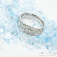 Víla vod a čirý diamant 2,3 mm - dřevo světlé, velikost 51, šířka 7 mm do dlaně 4,5 mm - Damasteel snubní prsteny - k 1510 (3)