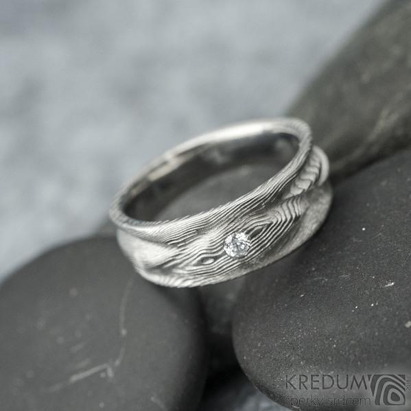 Víla vod a čirý diamant 2,3 mm - dřevo světlé, velikost 51, šířka 7 mm do dlaně 4,5 mm - Damasteel snubní prsteny - k 1510