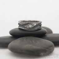 Víla vod a čirý diamant 2,3 mm - šířka 6 mm, struktura dřevo, zatmavené - DAmasteel zásnubní prsten