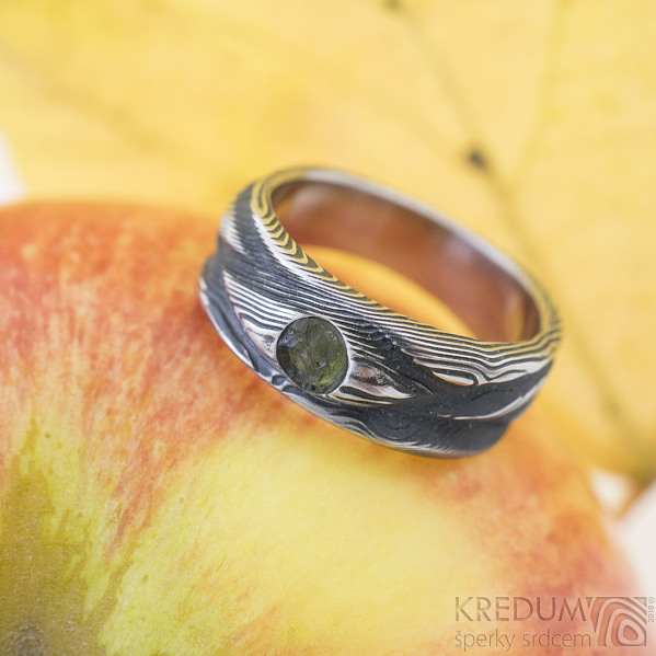 Víla vod a vltavín s přírodním povrchem - Zásnubní prsten damasteel dřevo, lept 100%, zatmavený - produkt SK2361