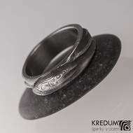 Víla vod s čirým diamantem (briliant) o průměru 2,3 mm - damasteel prsten struktura dřevo, lept 100% - zatmavený