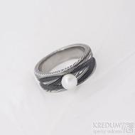 Víla vod - velikost 51, šířka hlavy 7 mm do dlaně 5 mm, dřevo 100% TM, perla bílá 5 mm - Damasteel zásnubní prsten