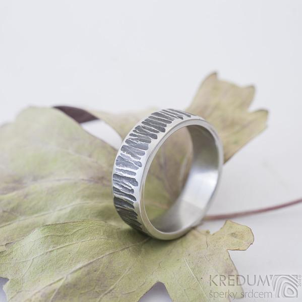 Wood line, tmavý - 63, šířka 7 mm, tloušťka střední - Kovaný snubní prsten z nerezové oceli - K 2484 (3)
