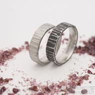 Wood světlý a zatmavený, šířka 5,5 mm - Nerezové snubní prsteny